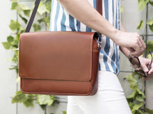Load image into Gallery viewer, Duke Classic Messenger Leather Bag