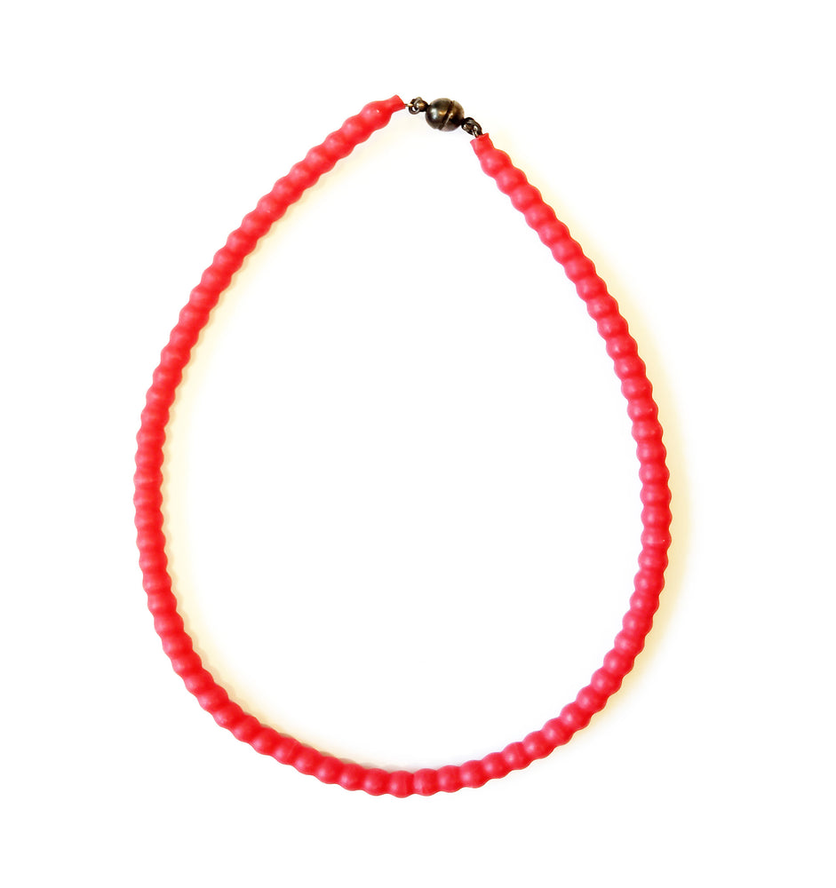 Short necklace in red