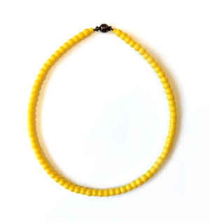 Short necklace in yellow