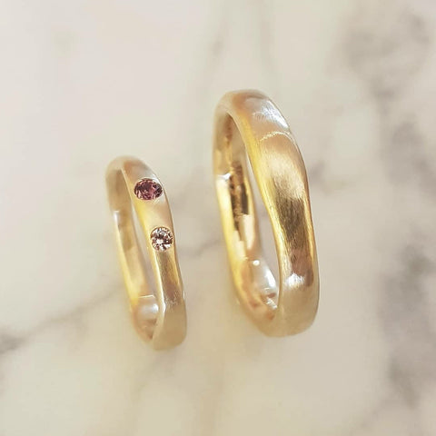 Wedding rings in 14karat gold, with traceable Madagascar sapphire in natural colours.