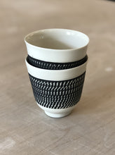 Load image into Gallery viewer, Porcelain cup with chattering decoration /  Black