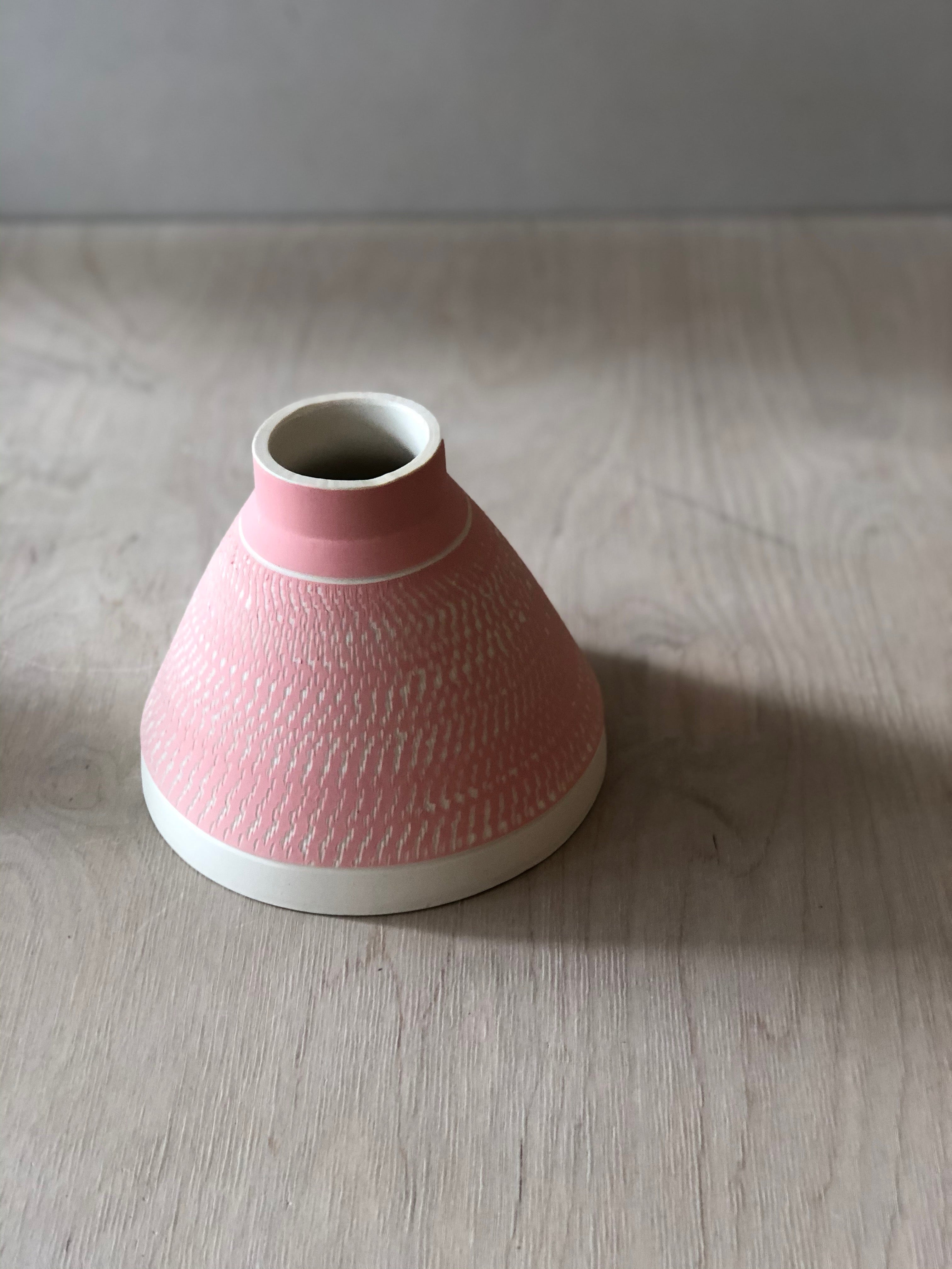 Pink pyramid vase with chattering decoration - sample