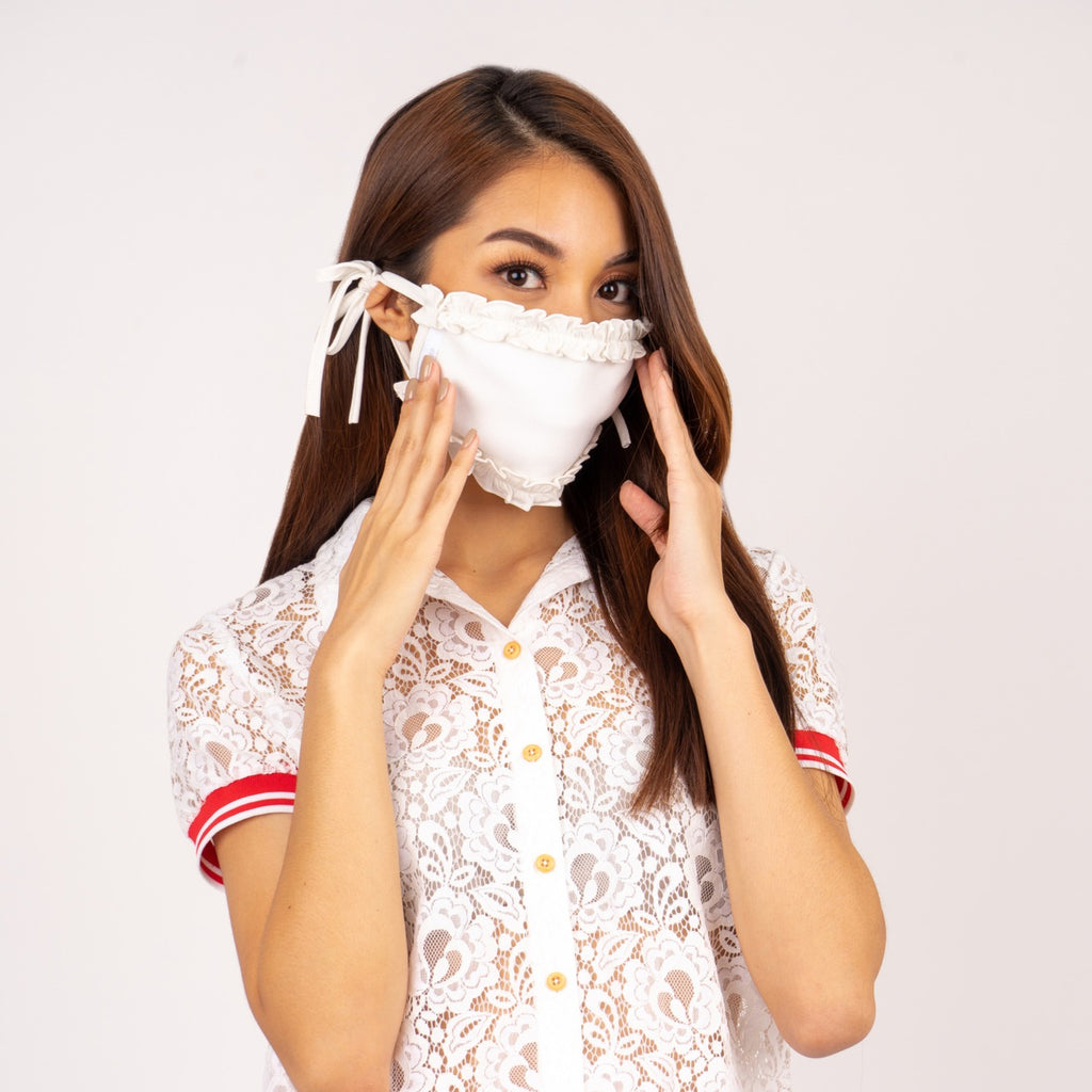 WA-MASK-RUFFLES-6-WHITE/WHITE Rectangular washable face mask with tie back strap and white label