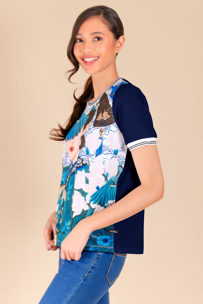 KPB-CHINABLUERNBLS-P.NAVY-SIDE1 Short sleeves round neck printed blouse with flat knit on neckline & sleeves