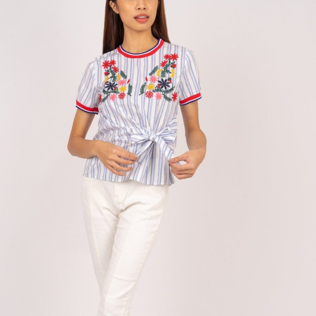 WB-THEA-WHITESTRIPES-FRONT Short sleeves round neck embroidered blouse with front knot and flatknit combi on sleeves & neckline