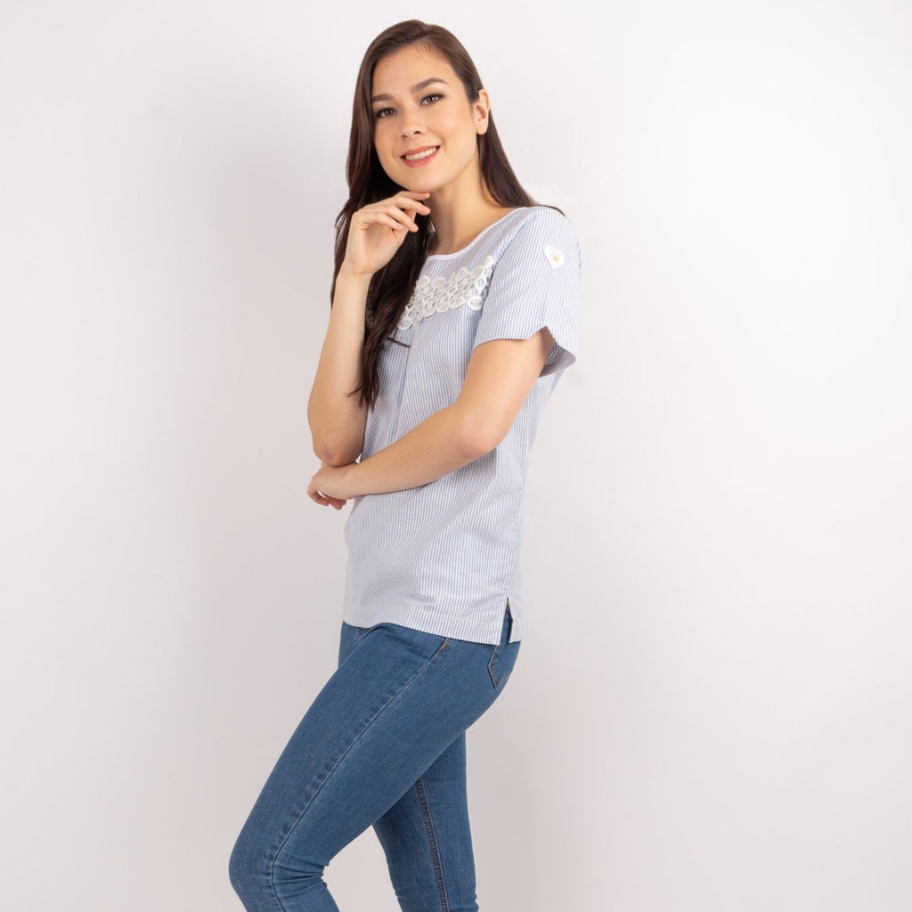 WB AMIRA-BLUE STRIPES-SIDE Short sleeves round neck blouse with lace detail
