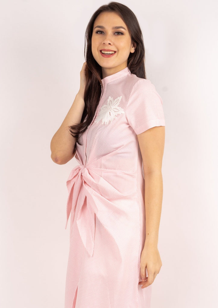 WD DARELLE PINK STRIPES SIDE Short sleeves Chinese collared button down dress with applique & knot detail