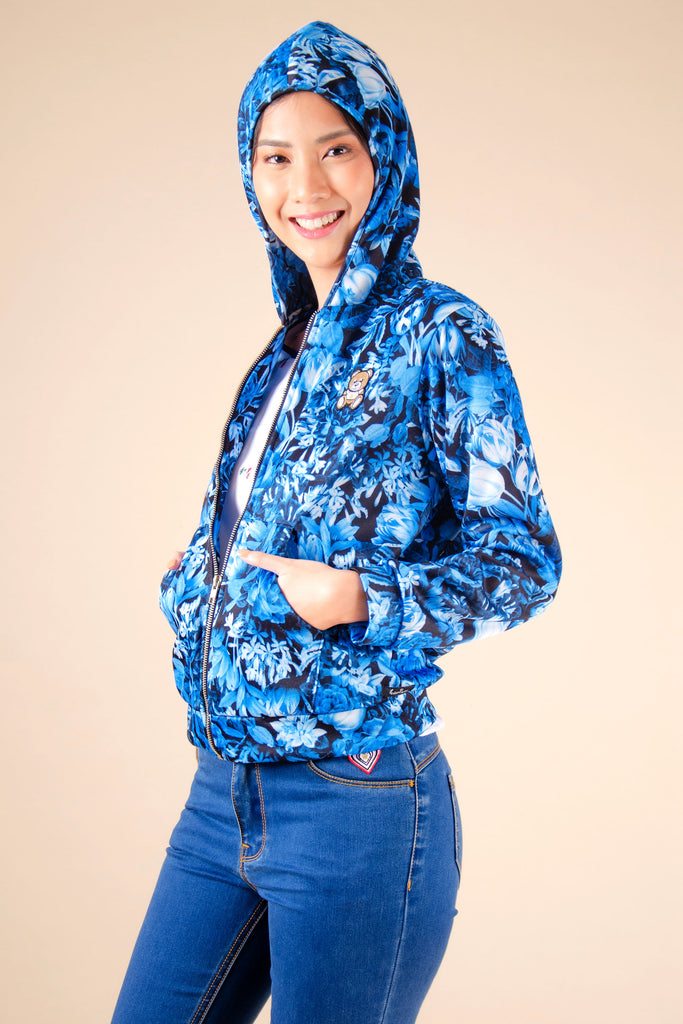 WJ-KAYLA-PRINTEDBLUE-SIDE Long sleeves zip up hooded jacket with kangaroo pocket and bear patch