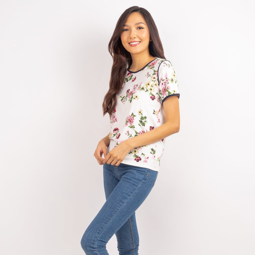 WT LEILA FLORAL WHITE FRONT HALF Short sleeves round neck floral tee with piping combi