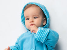 Laden Sie das Bild in den Galerie-Viewer, Lined baby overall pattern with hood, romper jumpsuit with feet and arm wrap. Hooded romper onesie sewing pattern DORIAN by Patternforkids