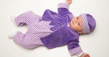 Laden Sie das Bild in den Galerie-Viewer, Baby outfit patterns for jacket, overall and beanie Ebook PDF