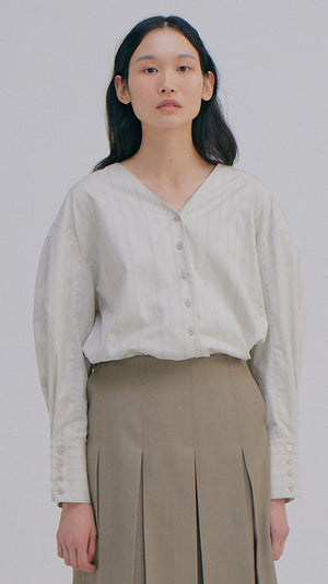 Wnderkammer V-Neck Shirt in Light Grey