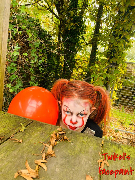 Kelly De Jonghe Pennywise with balloon makeup