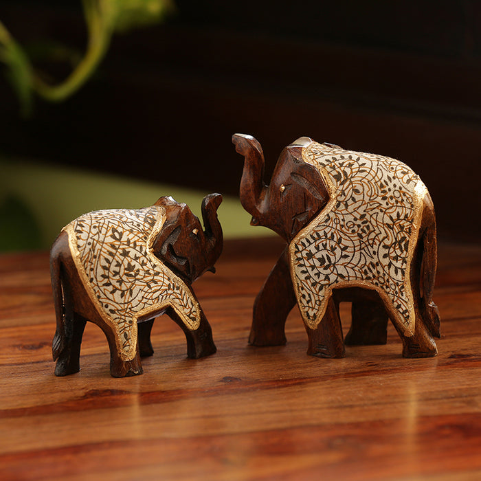 'The Talking Tuskers' Hand Carved & Hand Painted Cotton Cloth Showpiece In Eucalyptus Wood