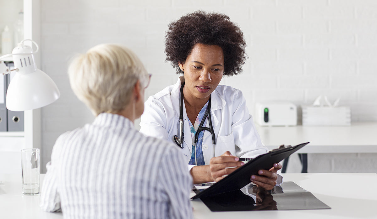 Doctor telling to patients what the benefits of CBD and apple cider vinegar are.