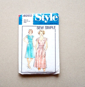Style vintage sewing pattern 2323 front of packet