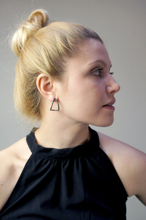curve post earrings in black
