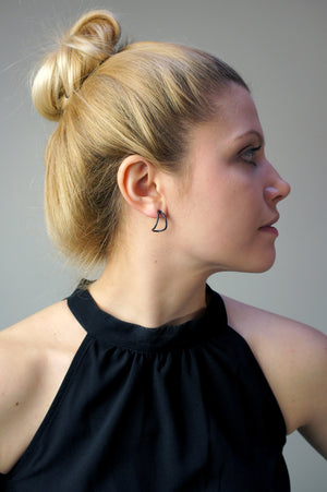 small curve post earrings in black