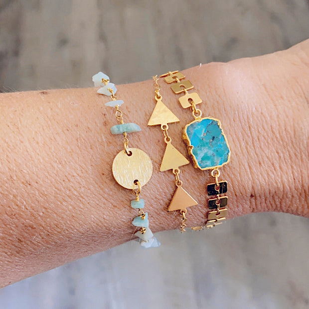 Textured Gold Disk and Amazonite Chip Beaded Bracelet. Simple Boho Chic Bracelet in Gold