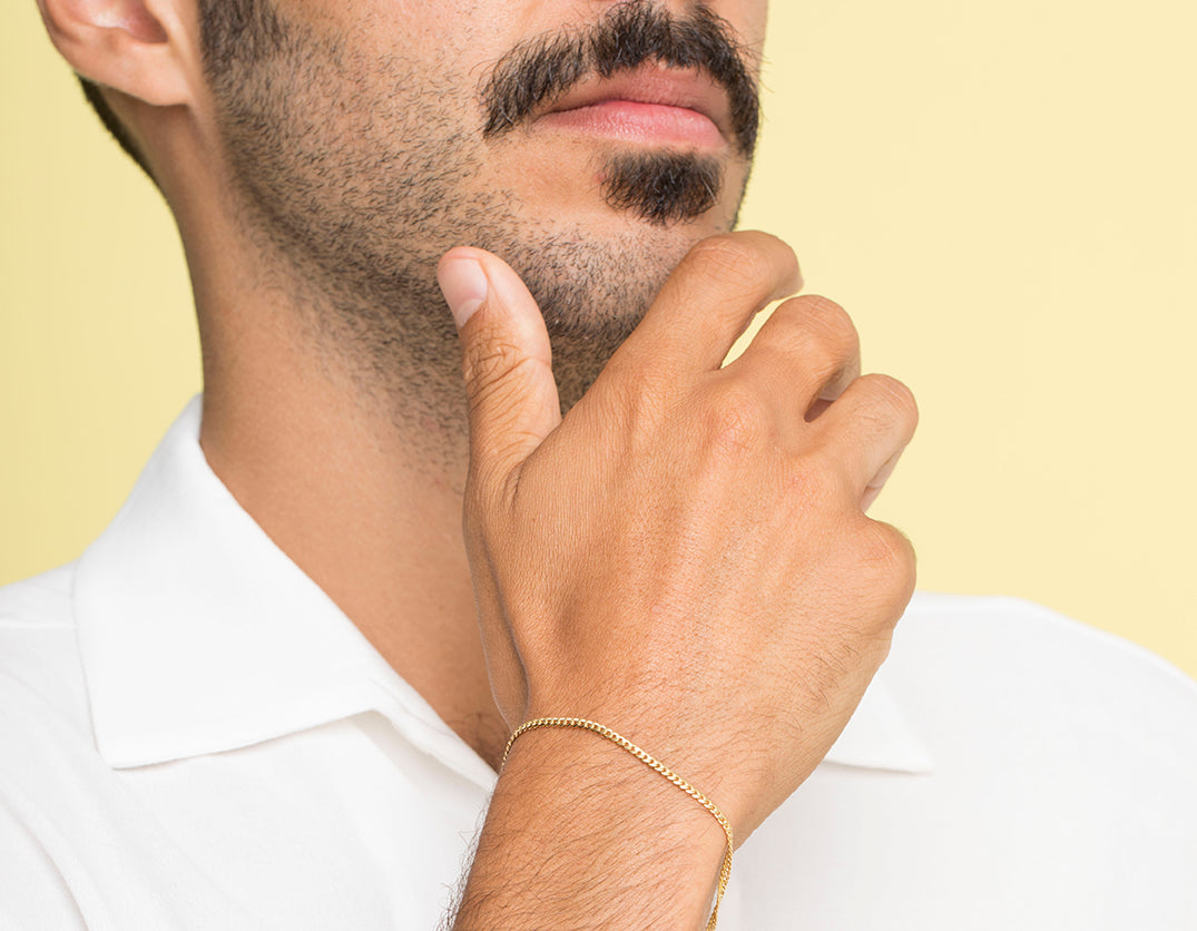 Man wearing Vrai and Oro simple classic Chain Link Bracelet Thick Cuban 14k solid gold