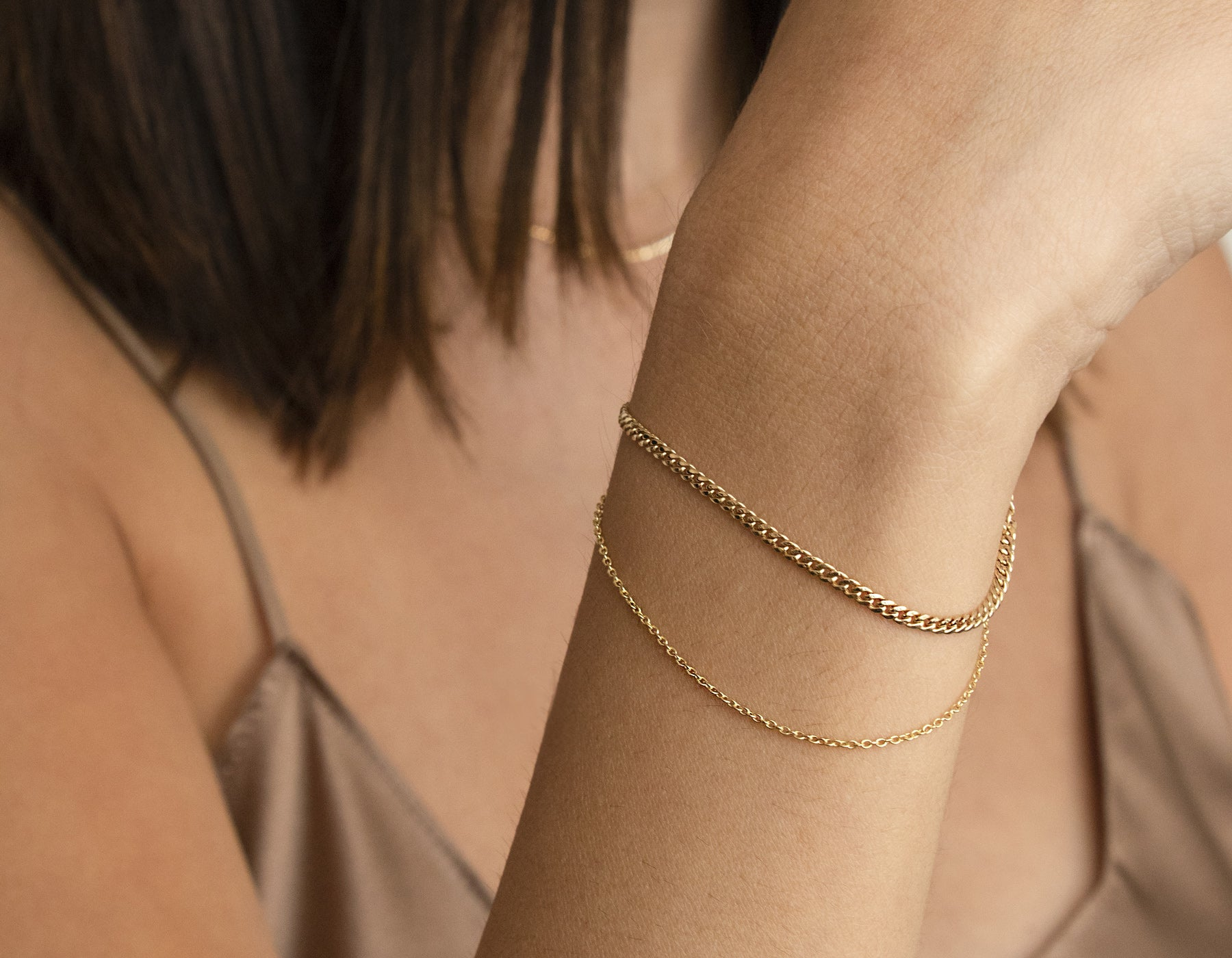 Woman wearing Vrai and Oro simple classic Chain Link Bracelet Thick Cuban Thin Oval 14k solid gold