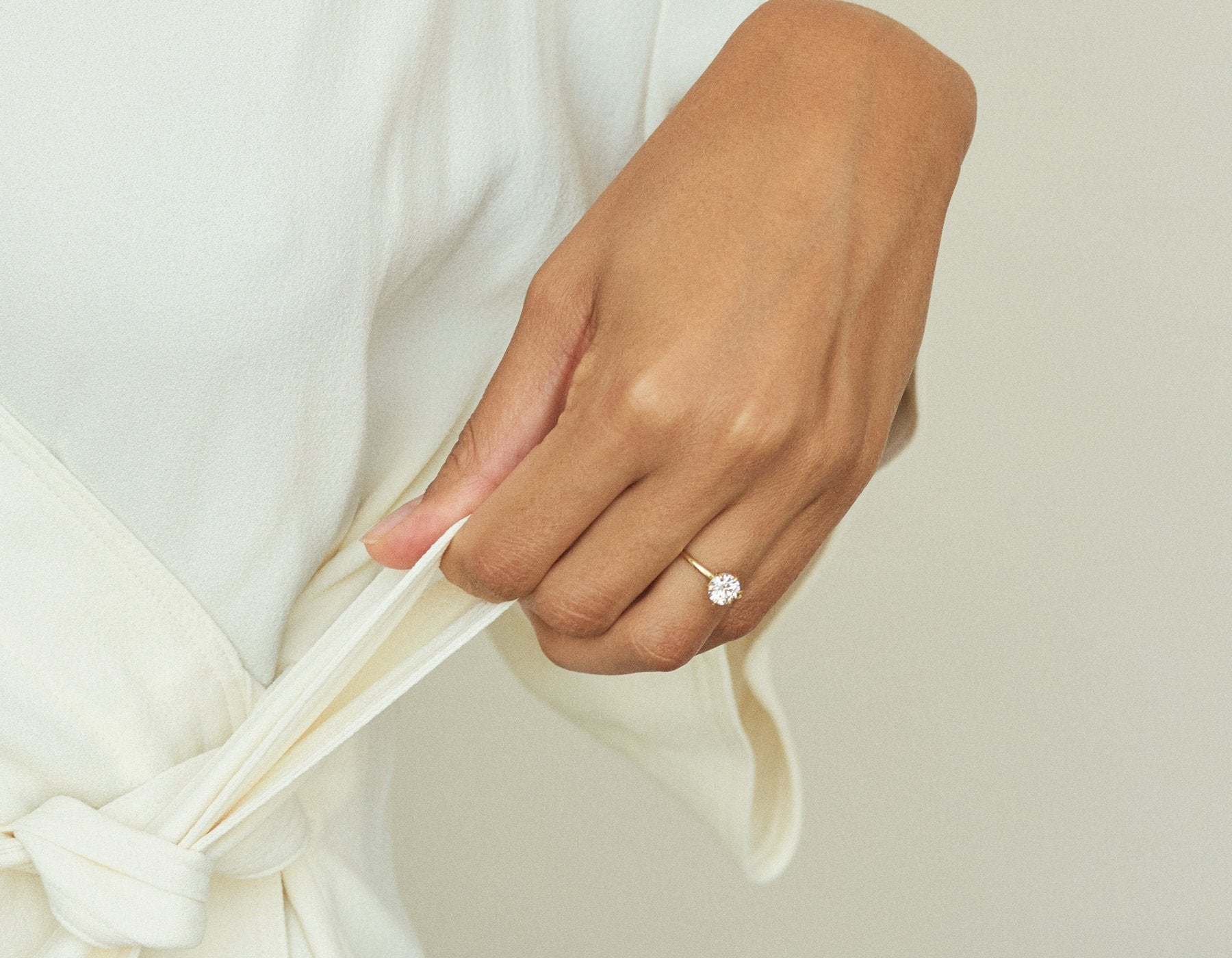 Model wearing Solitaire Diamond Engagement Ring Vrai & Oro Modern minimalist Sustainable diamond foundry