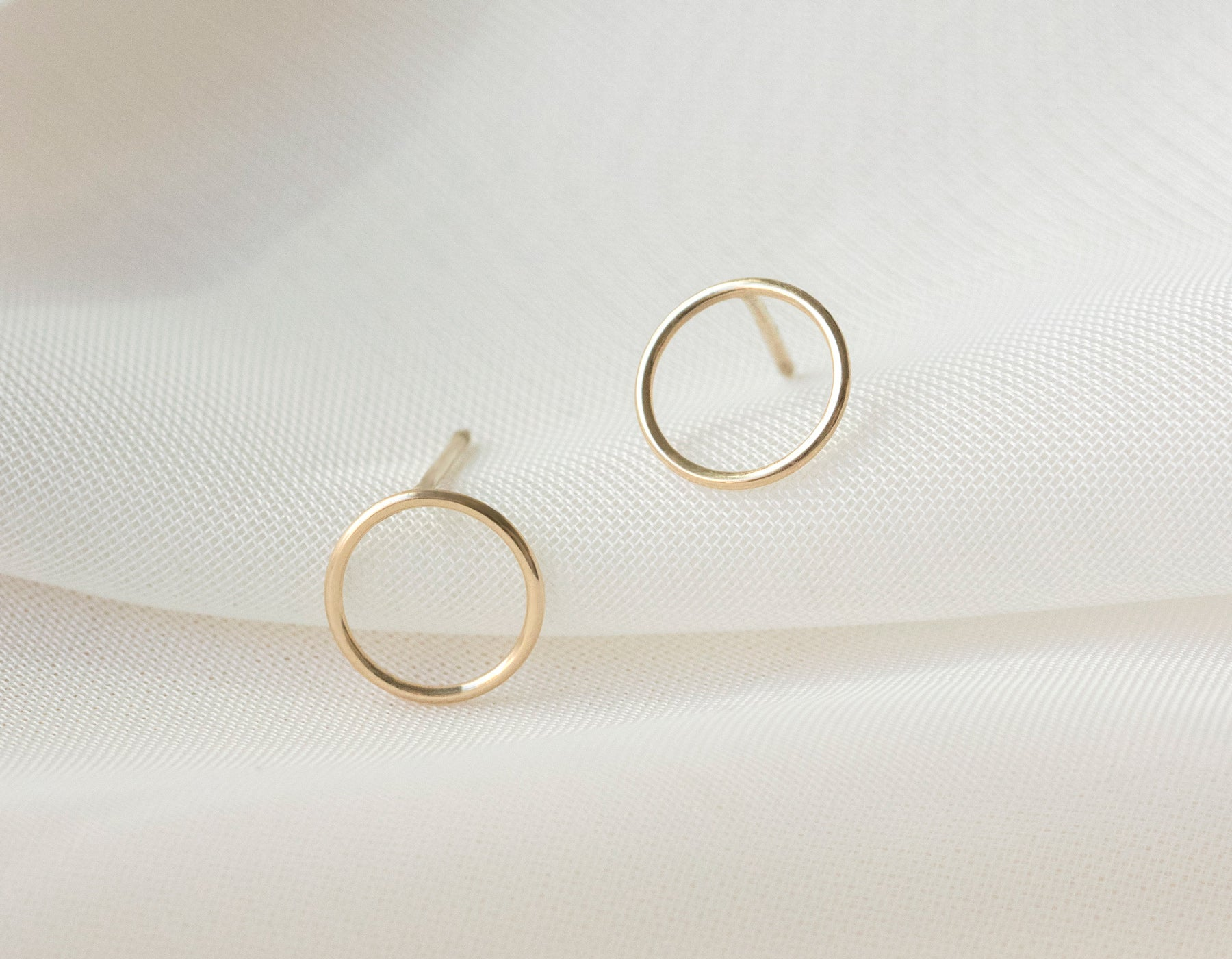 Minimalist Circle Stud Earrings solid 14k gold Vrai & Oro simple elegant jewelry