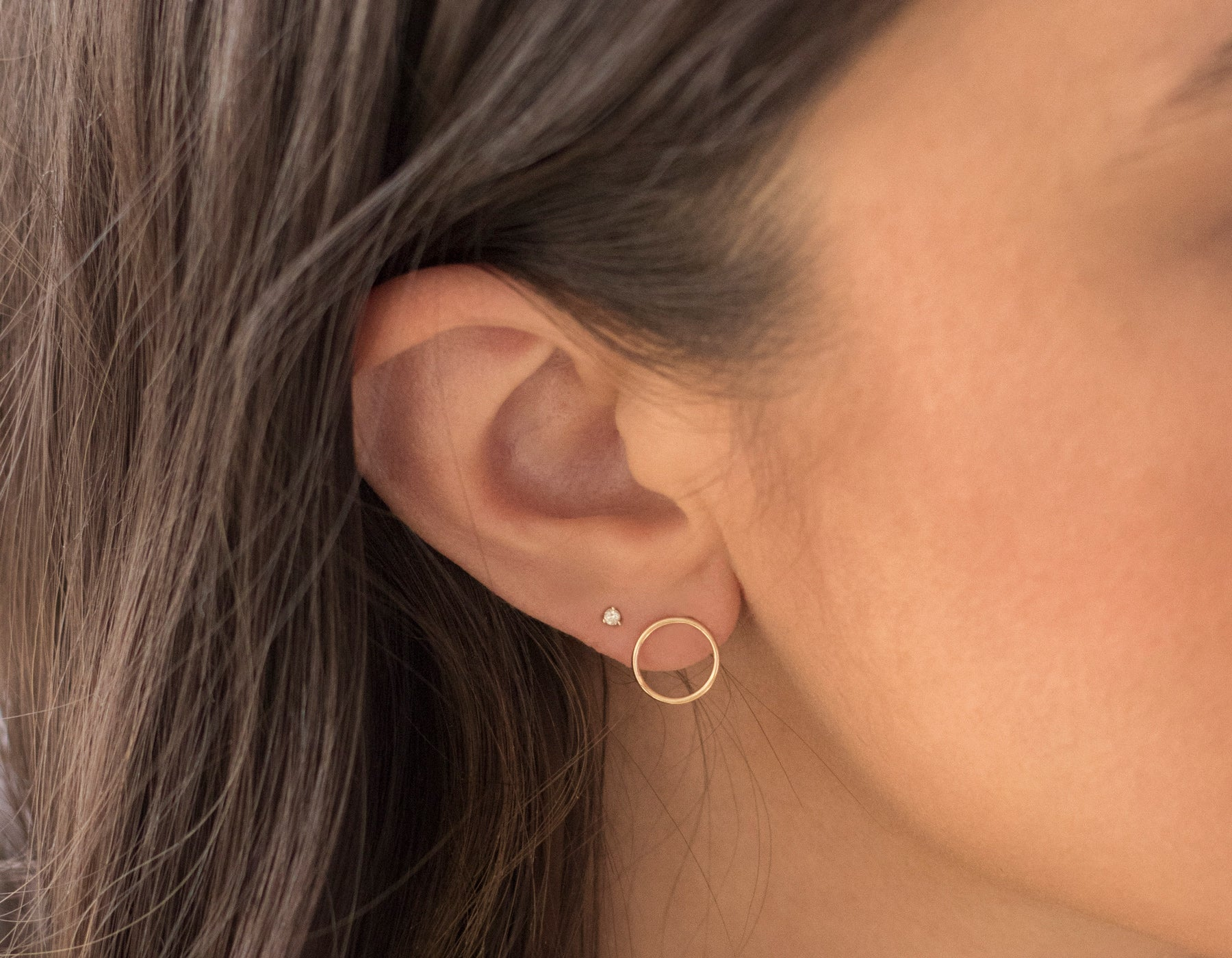 Edgy simple Circle Stud Earrings modelled in 14k yellow gold Vrai and Oro