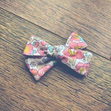 Liberty of London Betsy Light Pink , hand tied hair bow 🌱