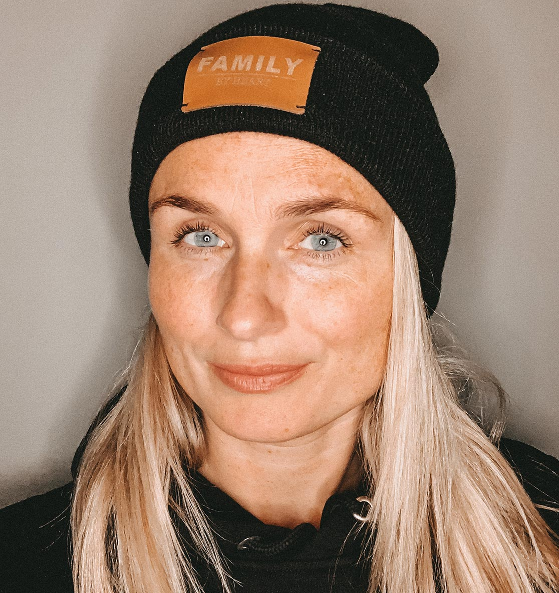 Individualisiertes Produkt: Unisex Beanie mit dem Label eurer Wahl: FAMILY BY HEART, MOM BY HEART ODER MOM❤︎ - FAMILY BY HEART
