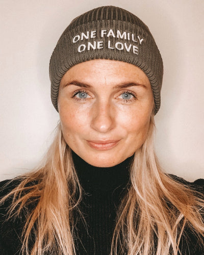 ONE FAMILY ONE LOVE BEANIE BESTICKT - FAMILY BY HEART