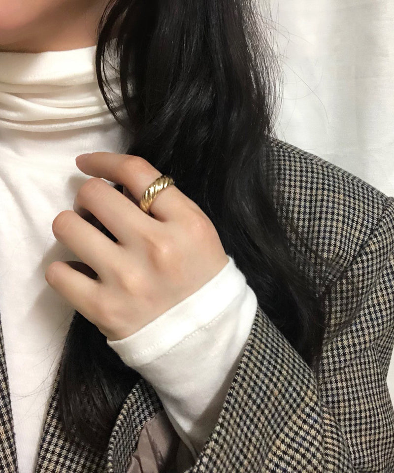 Vintage-inspired croissant ring in gold - The Dallant