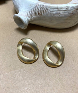 Vintage-inspired hoop earrings in gold - The Dallant