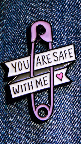 "Pin's représentant une épingle à nourrice avec l'inscription ""You are safe with me"""