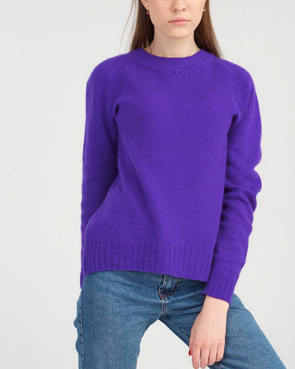 Stylish cashmere round neck sweater for a young woman