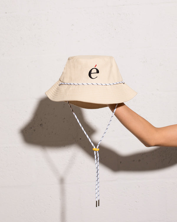 é Logo Bucket Hat