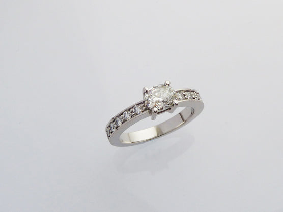 An original option with an oval diamond | Un diamante ovalado es una opción original