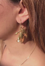 Laai en speel video in Gallery Viewer, Sunday Leaf Earrings