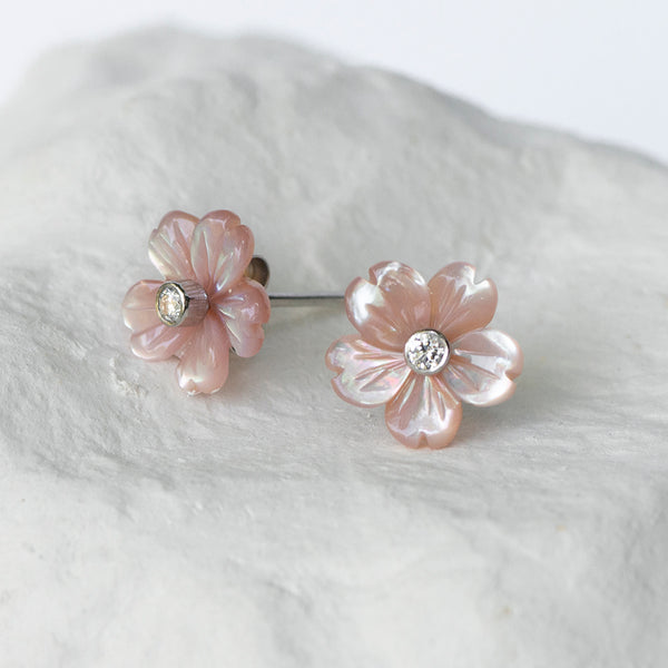 Sakura pink mother-of-pearl flower studs white gold