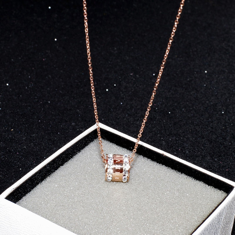 YUN RUO 2018 New Rose Gold Color Fashion Black White Crystal Roman Pendant Necklace Titanium Steel Jewelry Woman Gift Never Fade