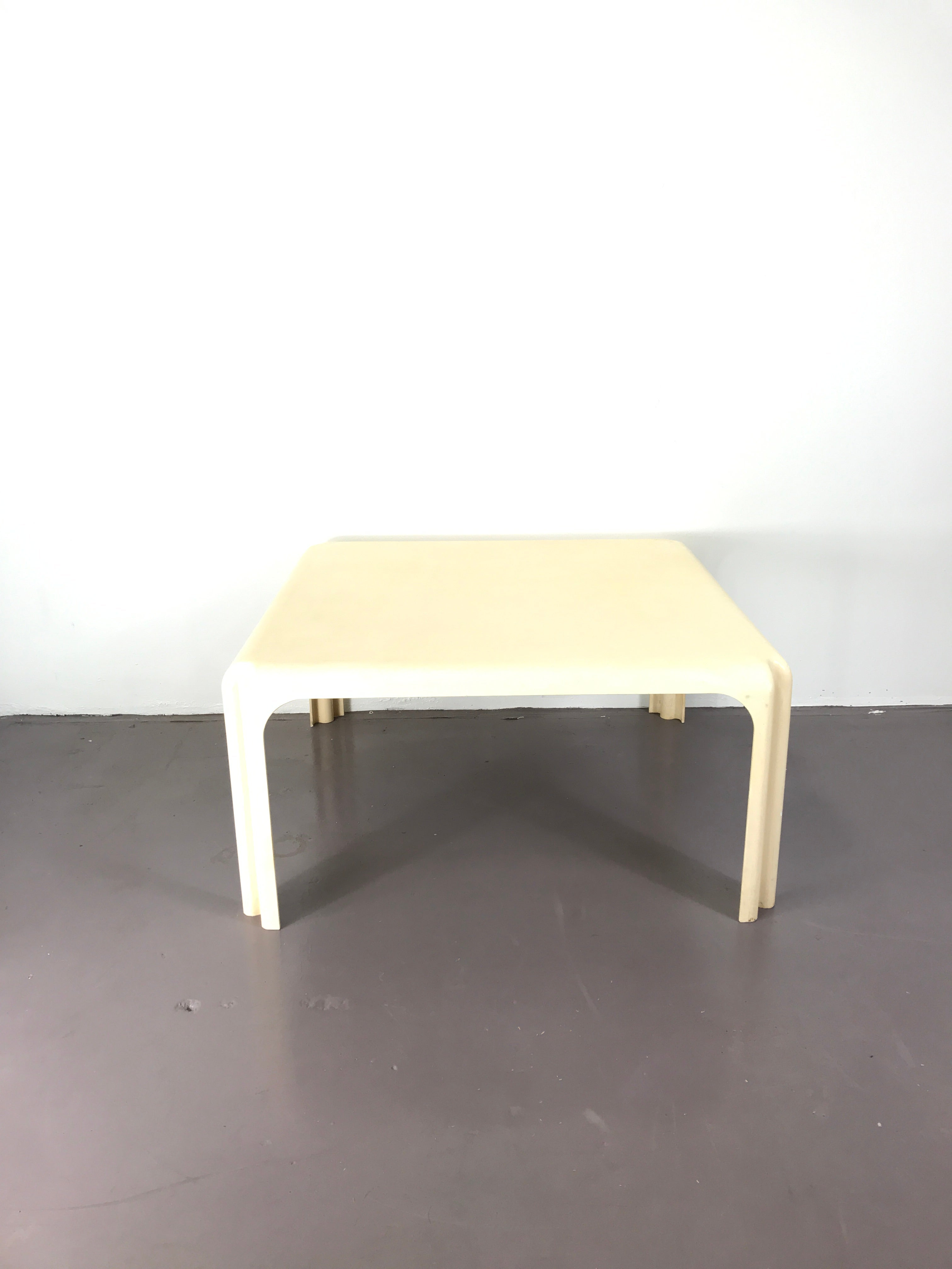 Mid-Century Modern White Acrylic Coffee Table by Vico Magistretti for Artemide