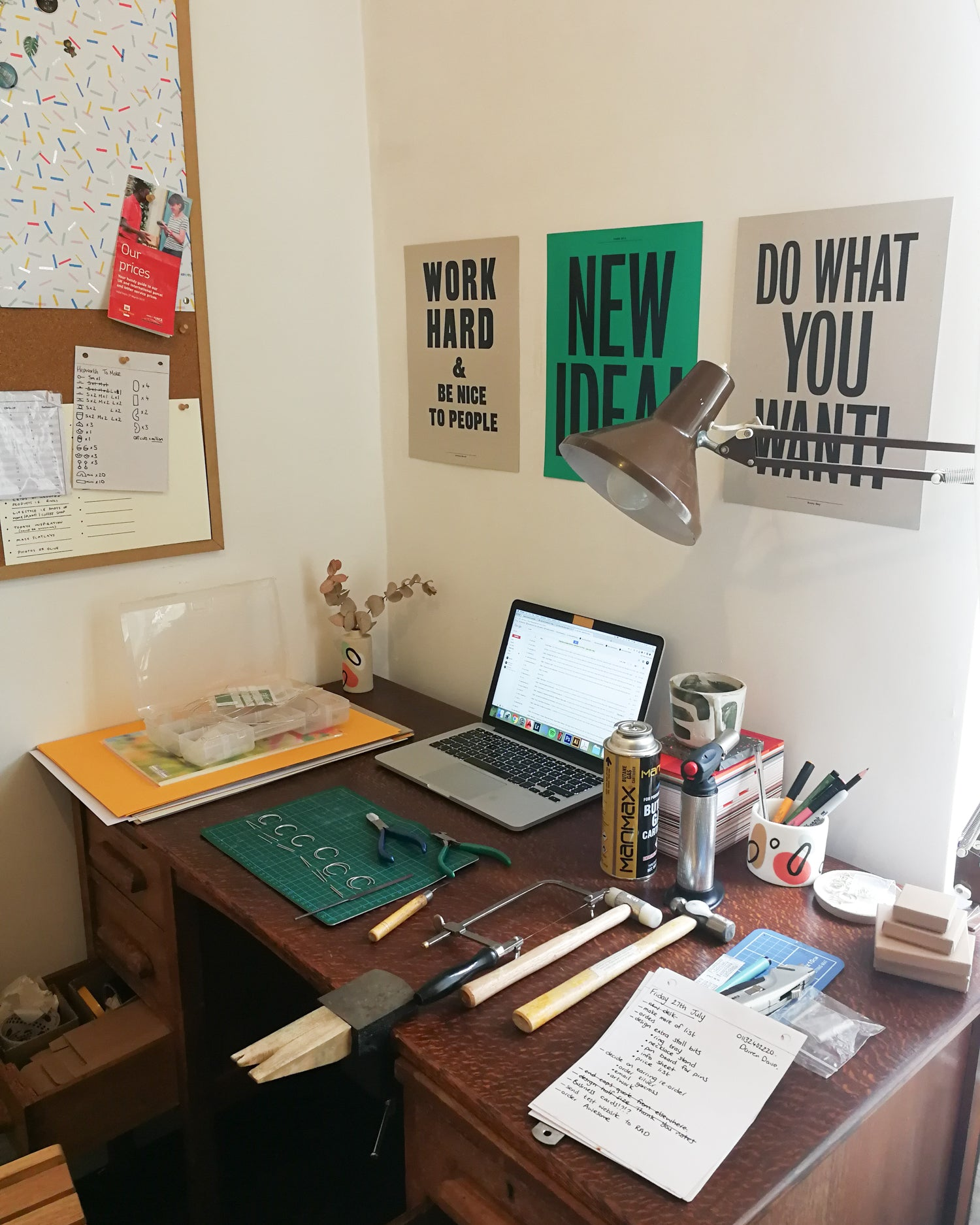 Desk workspace set-up