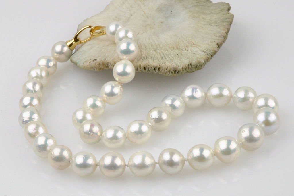 white metallic ripple pearl necklace