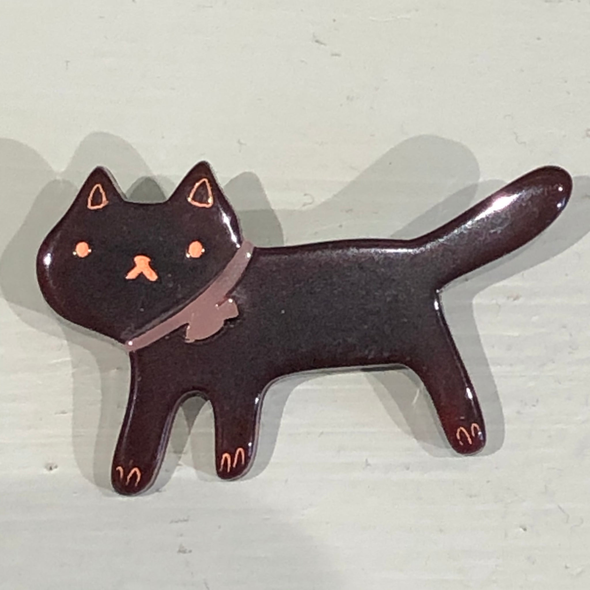 BR694 Acrylic Walking Cat Brooch, Brown