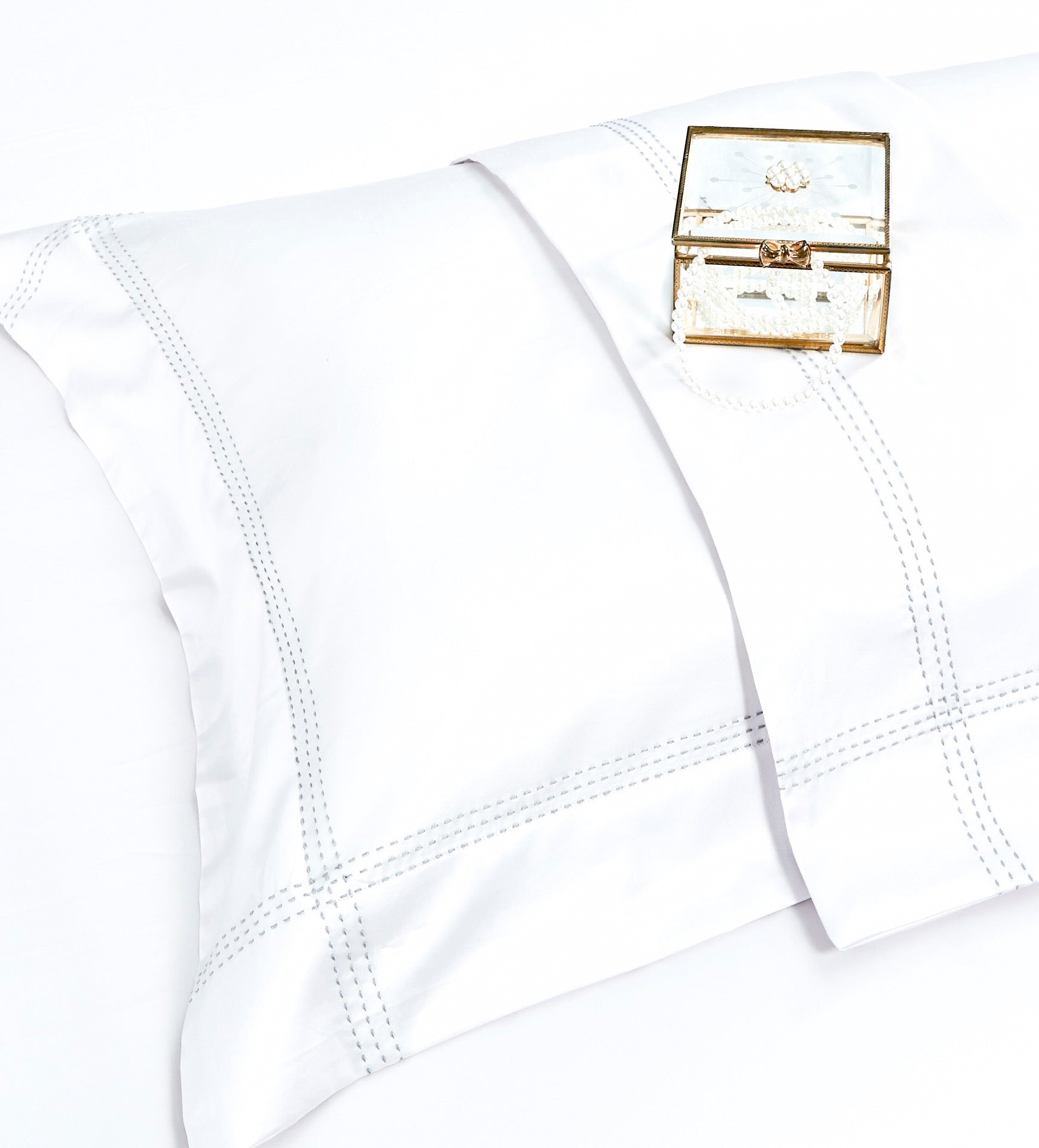 Luxe -Off Whie Bed Suit