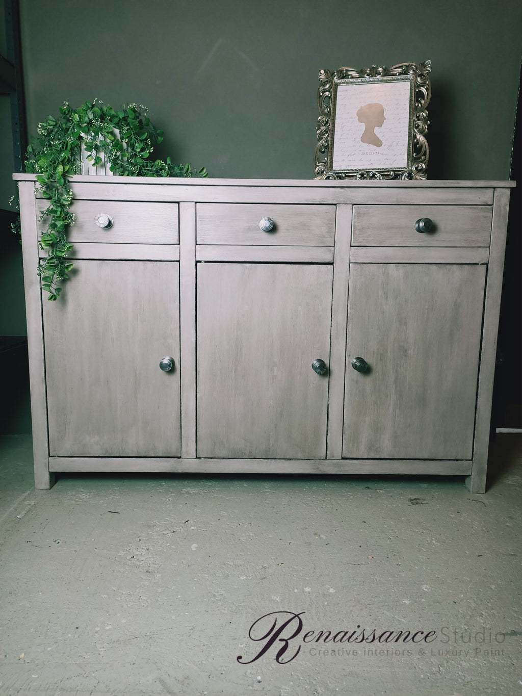Pearly cabinet