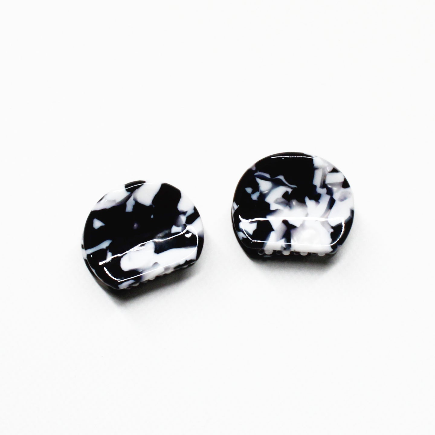 Marbled Monochrome Mini Claw - 1 Pair