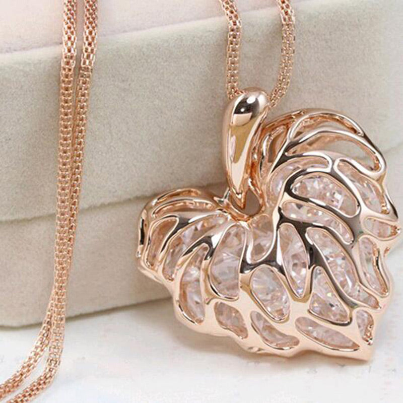 Recently, a woman full of gold silver heart-shaped crystal rhinestone pendant necklace sweater long chain necklace