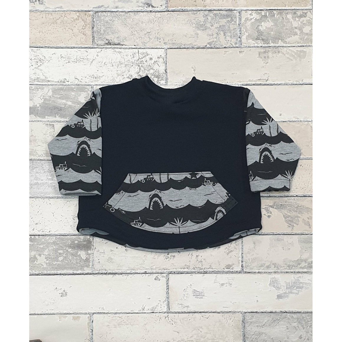 Cody Curved Crew Top - Grey w/ Black Waves