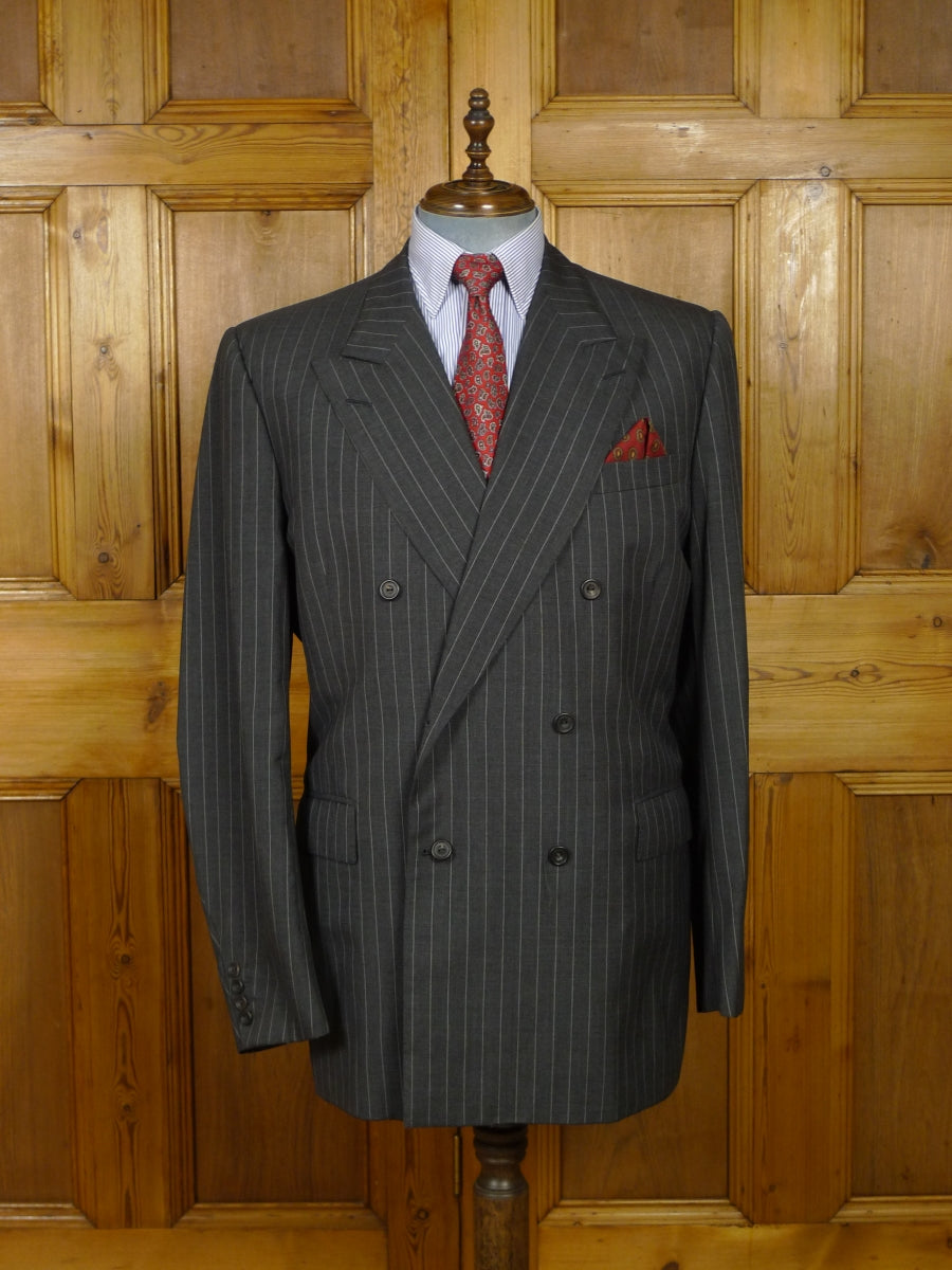 18/1562 immaculate 2007 huntsman savile row bespoke grey / white pin-stripe d/b worsted suit 49 long
